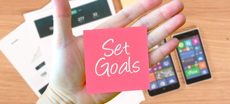 Post it Note with Set Goals written on it